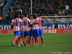 Los jugadores atléticos celebran el gol de Adrián