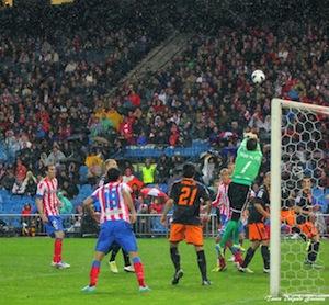 Alves despeja un balón. Atletico-Valencia.