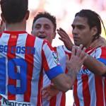 Diego Costa, Cristian Rodríguez y Falcao celebran uno de los cinco goles al Granada