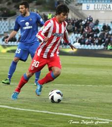 Óliver Torres conduce el balón. Getafe Atletico.