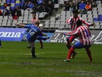 Un delantero del Oviedo remata ante NDoye.