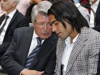 Cerezo y Falcao conversan en un acto del Atlético de Madrid.
