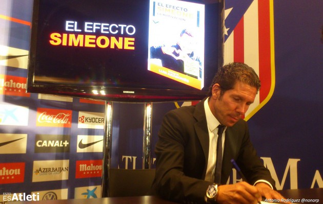 Cholo Simeone firmando libros