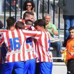Jugadores del Atlético de Madrid C celebran un gol