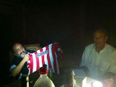 Petón entrega una camiseta del Atleti a Monseñor Aguirre