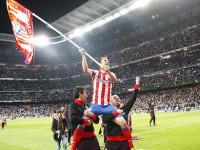 Gabi con la bandera atleti bernabéu