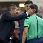 Simeone colleja cuarto árbitro